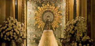 Confeccionan un manto con forro polar para que la Virgen del Pilar no pase frío
