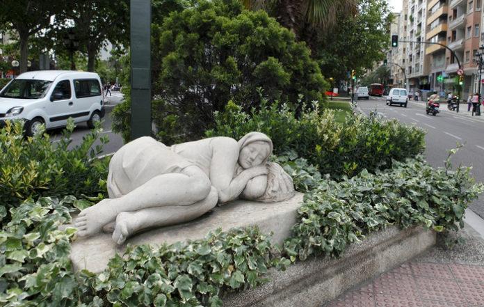 """La estatua de la chica dormida del paseo de Sagasta despierta y pide dormir """"5 minutitos más"""""""
