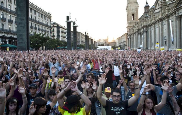 Trabajadores de Aragón TV se manifiestan contra los que la siguen llamando Antena Aragón