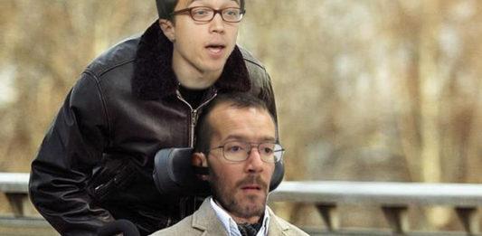 Errejón será el nuevo asistente de Echenique a cambio de 5 euros y ver la tele hasta más tarde