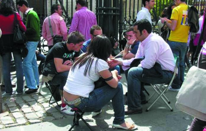 UNIZAR, por falta de sillas en la biblioteca, obliga a sus estudiantes a traérselas de casa