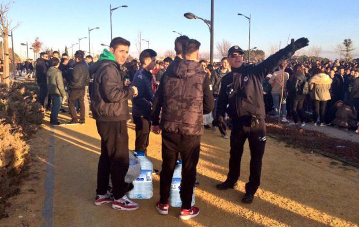 La policía multó a 24 grupos de jóvenes por beber agua durante las fiestas