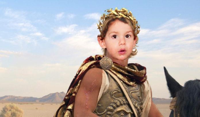 """Una madre regaña a su hijo al grito de '¡Alejandro, maño!"""" y el niño se crece y conquista la India"""