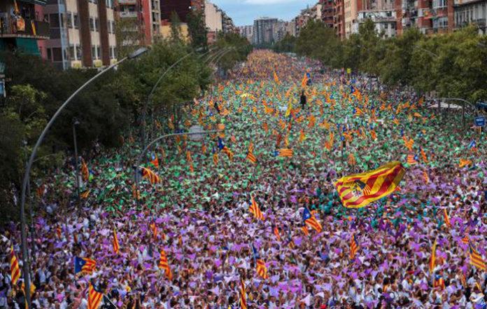 Un independista descubre haber estado confundiendo todo este tiempo la bandera de Cataluña con la de Aragón