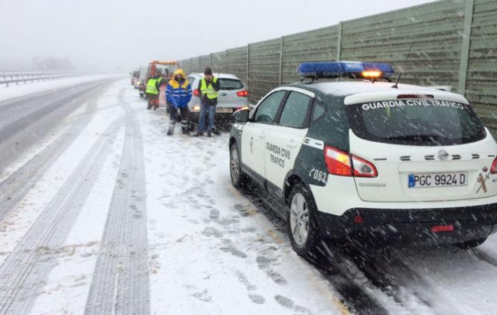 La Guardia Civil retira a un hombre desesperado en mitad de la carretera que no sabía poner las cadenas