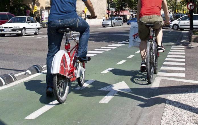 Ancianos siguen sin entender que el carril bici es para las bicicletas