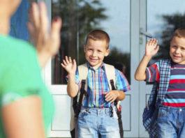 Unos padres venden a sus hijos para poder pagar el material escolar