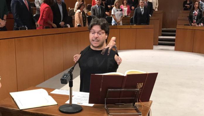 Cosa, la mano de la familia Addams, sustituirá a Raúl Gay como diputado de Podemos Aragón
