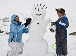 Cientos de niños son convocados para que ayuden a la limpieza de las carreteras haciendo muñecos de nieve