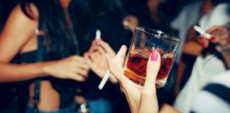 """El Ministerio de Sanidad advierte que fumar """"solo"""" de fiesta también es fumar"""
