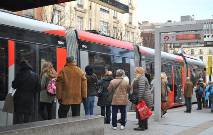 Intenta pasar a su hijo de 26 años por uno de ocho para viajar gratis en el transporte público