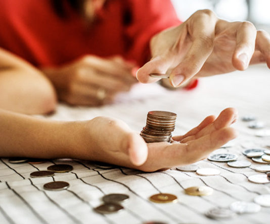Detenida a una familia que obligaba a sus hijos a darles todas la monedas que tenían detrás de la oreja