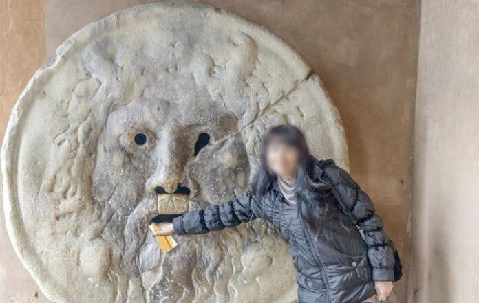 Denuncian a una maña que confundió la Boca de la Verdad de Roma con el león de Correos