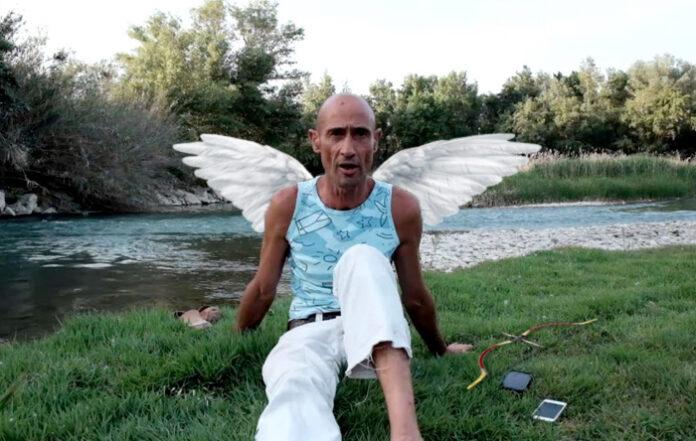 Omael, disfrazado con alas, un arco y flechas, asegura que es el verdadero Cupido