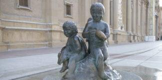 Los niños con peces de la Plaza del Pilar, increpados por los vecinos por llevar demasiado en la calle