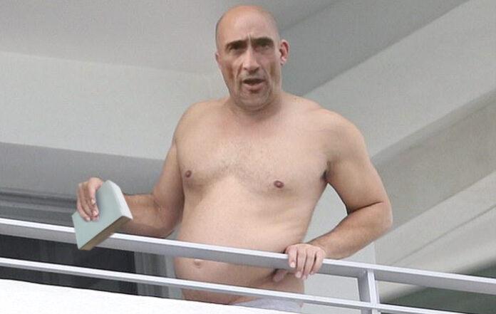 Omael, con evidentes signos de sobrepeso, reaparece leyendo el horóscopo desde su balcón
