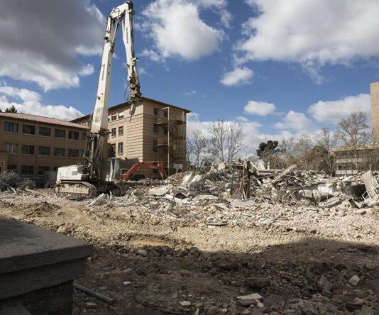 El terremoto sentido en Zaragoza provoca el derrumbe de la obra de la Facultad de Filosofía y Letras dejándola mejor que antes