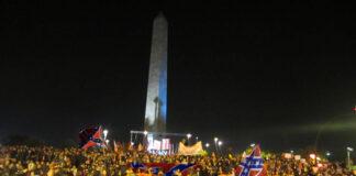 Seguidores Trump ocupan la Plaza Europa al confundir su obelisco con el Monumento a Washington
