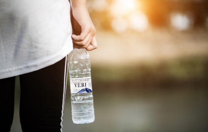 Con la intención de evitar conflictos en casa, Veri lanzará botellas de agua ya casi vacías